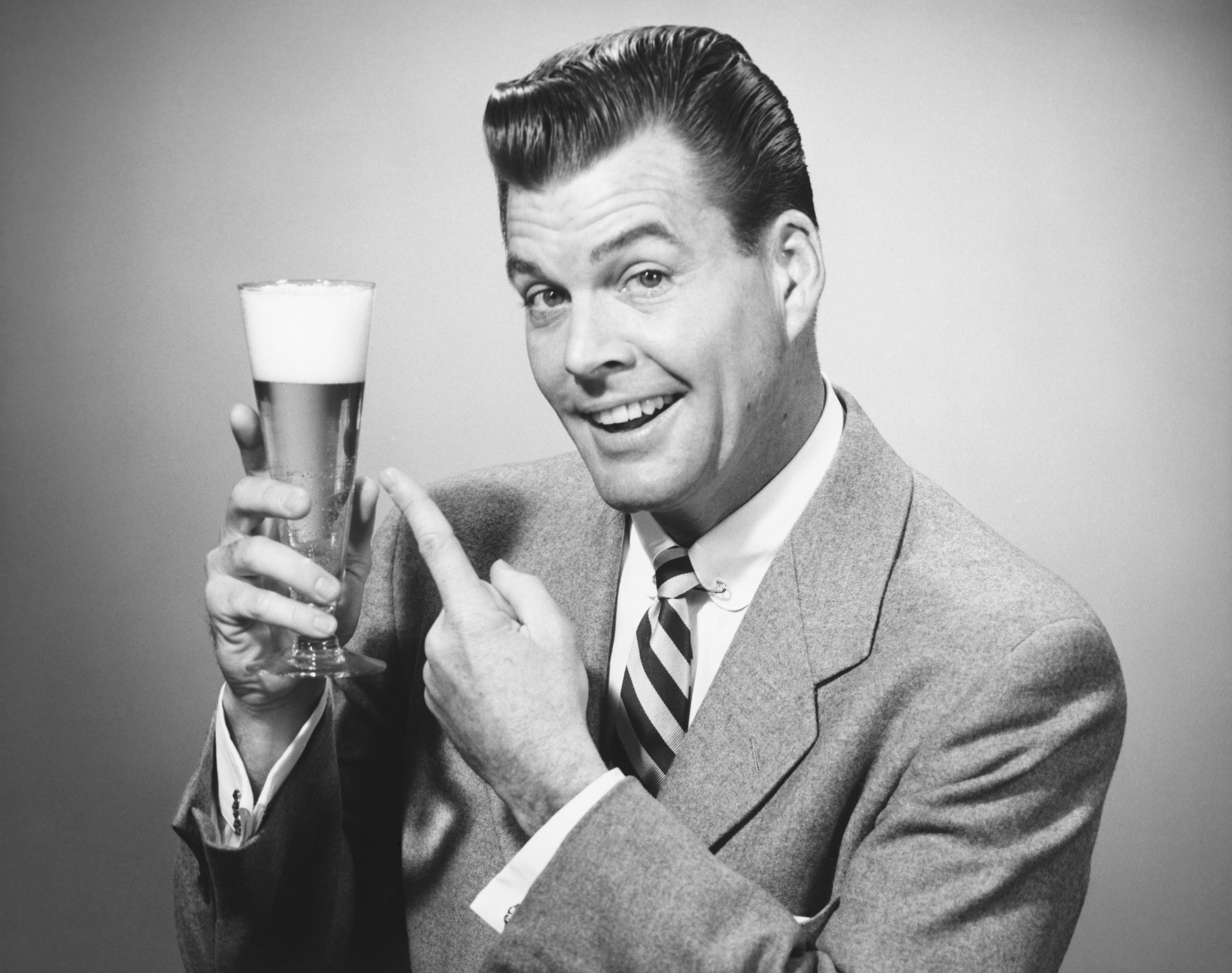 man-holding-a-beer-in-a-black-and-white-image